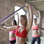 kvinde dyrker fitness på et hold